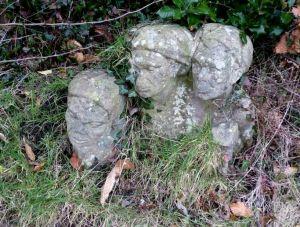 Brokstukken Van Heutsz monument in tuin