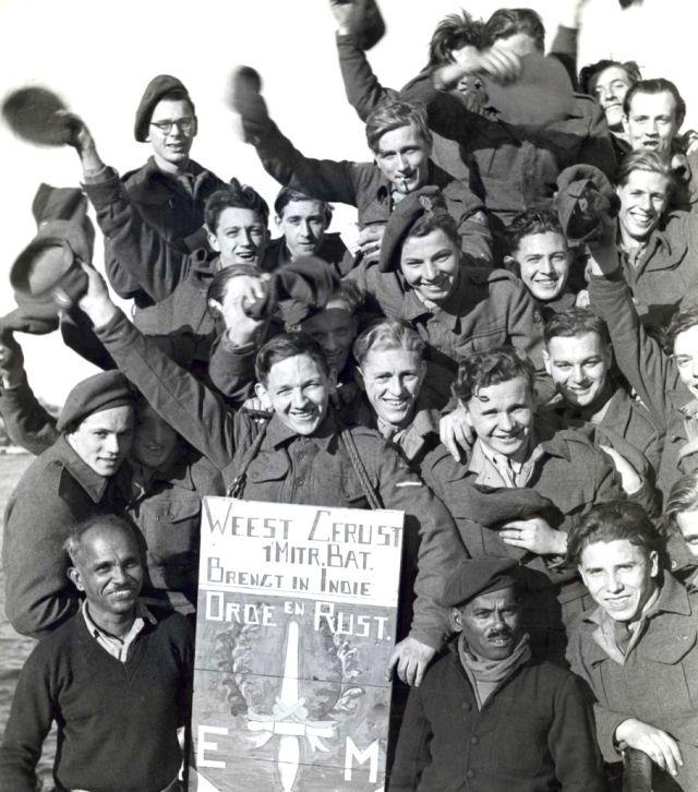 Nederlandse troepen, het Eerste Mitrailleur Bataljon, vertrekken welgemoed vanaf de Sumatrakade in Amsterdam per schip, de Nieuw Holland, naar Nederlands-Indië, 29 oktober 1946.