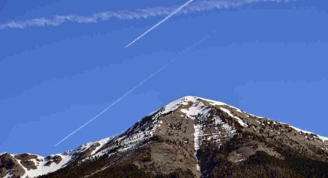 Vliegtuigsporen boven de Alpen