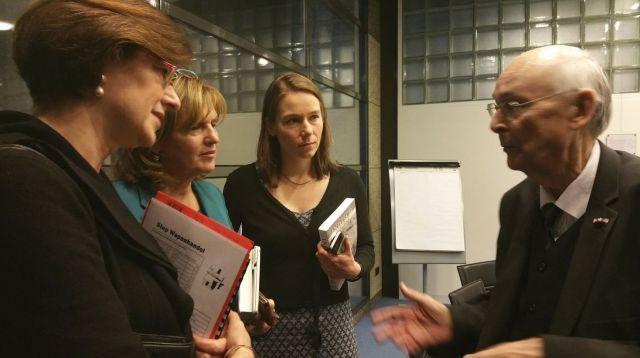 Herman Bussemaker in gesprek met leden van de Tweede Kamer