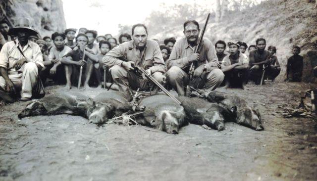 E.G.A. Lapré (links), controleur van West-Lombok, en opzichter Verkeer en Waterstaat W. Hartmann met vijf geschoten evers te Pangoengan, 1940