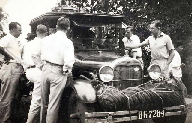 Een gedode tijger vastgebonden op een auto, tijdens een tijgerjacht van J. Heil, werkzaam bij de Bataafse Petroleum Maatschappij, in de omgeving van Palembang, 1933