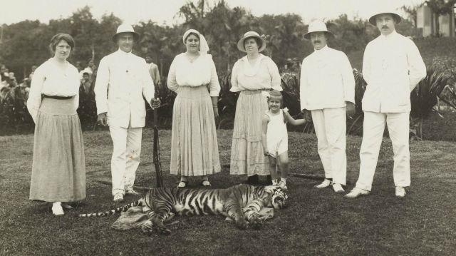 Europeanen bij een geschoten tijger, vermoedelijk in Deli, ca. 1920