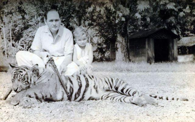 E.G.A. Lapré en zijn zoontje Freddy bij geschoten tijger