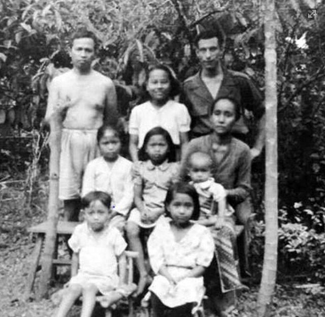 Dirk Biesheuvel met onderwijzersfamilie te Banjoemas. Naast hem Tati.