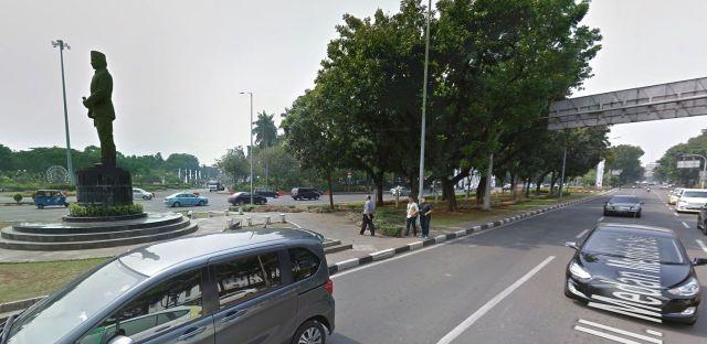 Jalan Medan Merdeka Selatan, in noord-oostelijke richting, met standbeeld Thamrin