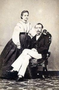 Portret van jong Europees echtpaar op Java, ca. 1870. Foto: H. Veen.