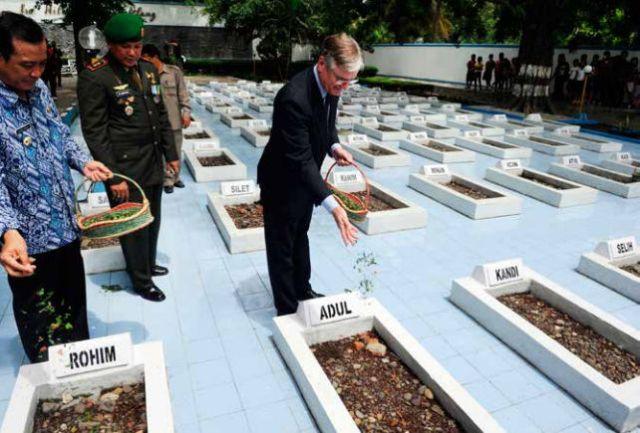 Ambassadeur Tjeerd de Zwaan in 2011 tijdens zijn bezoek aan Balongsari (Rawagedeh) om aldaar excuses aan te bieden. (ANP)