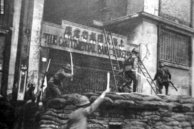 Japanse troepen bestormen een barricade tijdens de aanval op Nanking, 1937
