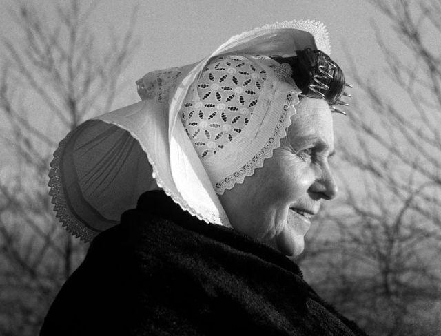 Vrouw uit Arnemuiden, the Netherlands, ca. 1950-1960 (foto: Cas Oorthuys)