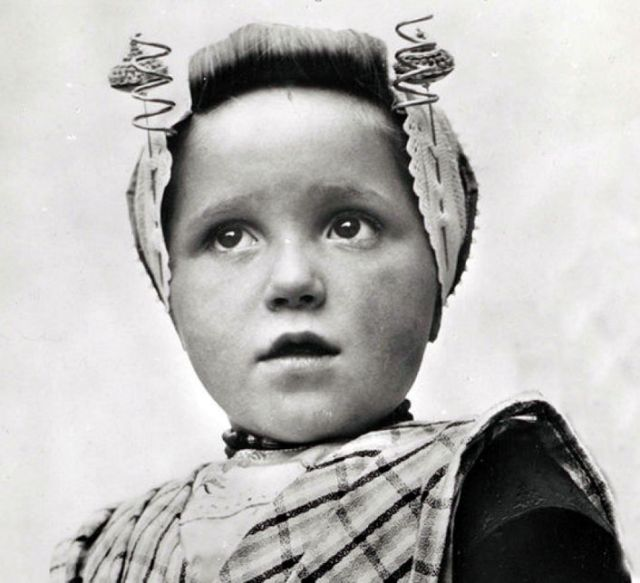 Meisje uit Arnemuiden, the Netherlands, ca. 1920
