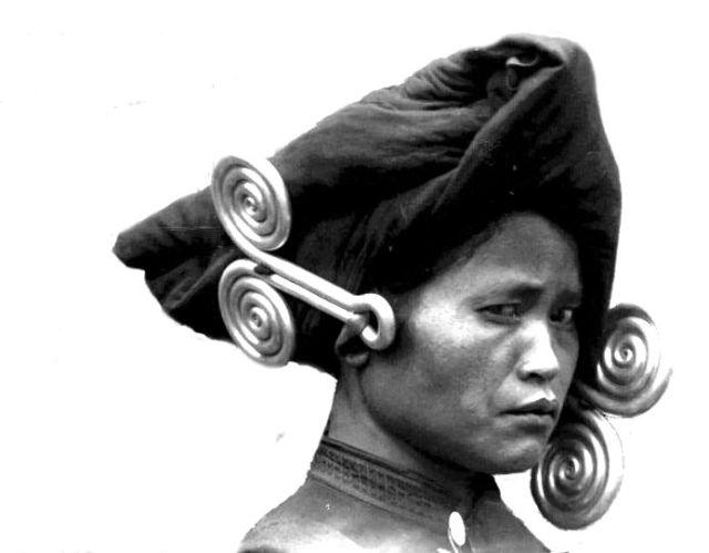Karo-vrouw met oorijzers (fotograaf onbekend)