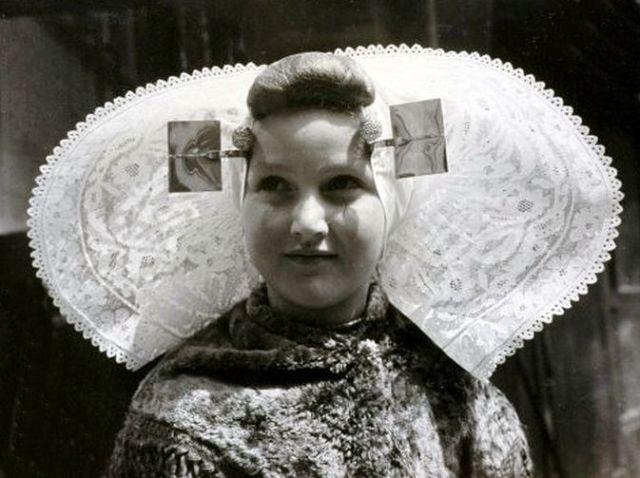 Meisje uit Yerseke, the Netherlands, 1962. (fotograaf onbekend)
