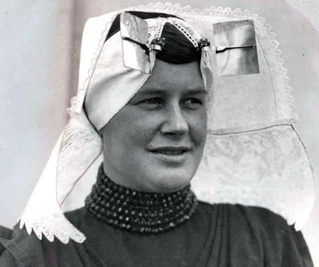Jonge vrouw uit Zeeland, the Netherlands, ca. 1925 (fotograaf onbekend)