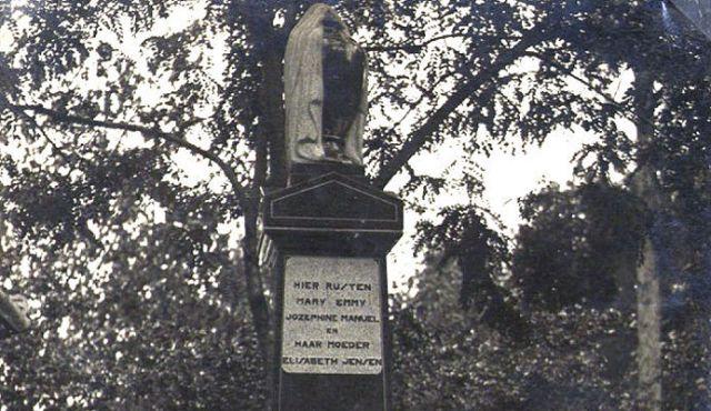 Het graf van Mary Emmy Jozephine Manuel en haar moeder Elisabeth Jensen