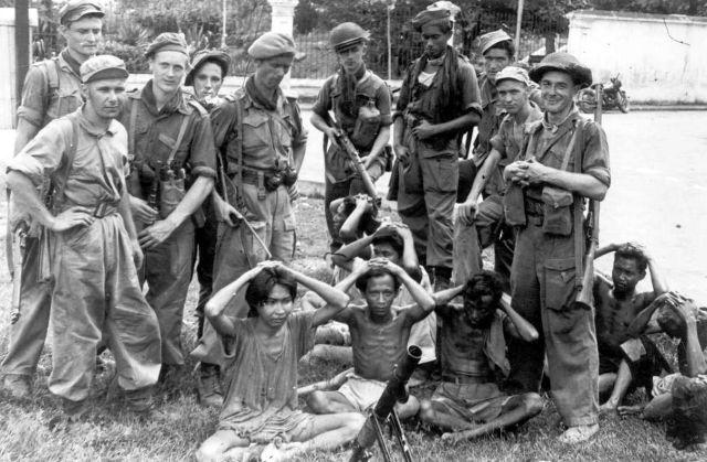 Nederlandse militairen poseren met enkele Indonesische gevangenen (NIMH)