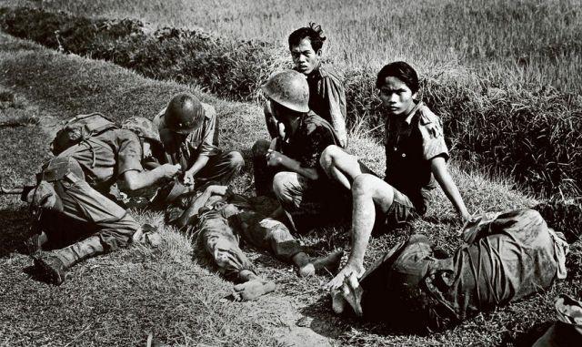 Ziekenverplegers van de mariniers verlenen eerste hulp aan gewonde onafhankelijkheidsstrijders na een zuiveringsactie in de buurt van Soerabaja (foto ANP)