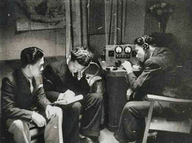 Een scene uit de film Indonesia Calling van Joris Ivens, waarin Indonesische zeelieden naar een kortegolf radio luisteren.