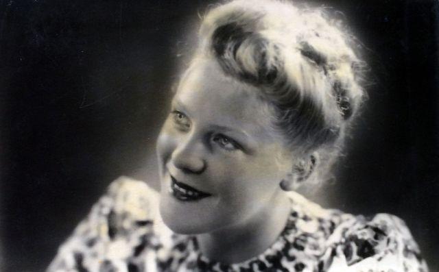Het zelfportret dat Jet Prins in de winter van 1946 aan haar verloofde in Nederlands-Indië stuurde. Niet veel later trouwden ze met de handschoen. Een half jaar daarna zouden zij elkaar in Jakarta weerzien.