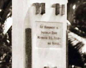 'Dit monument is onthuld door mevrouw S.L. Zieck-van Hengel'