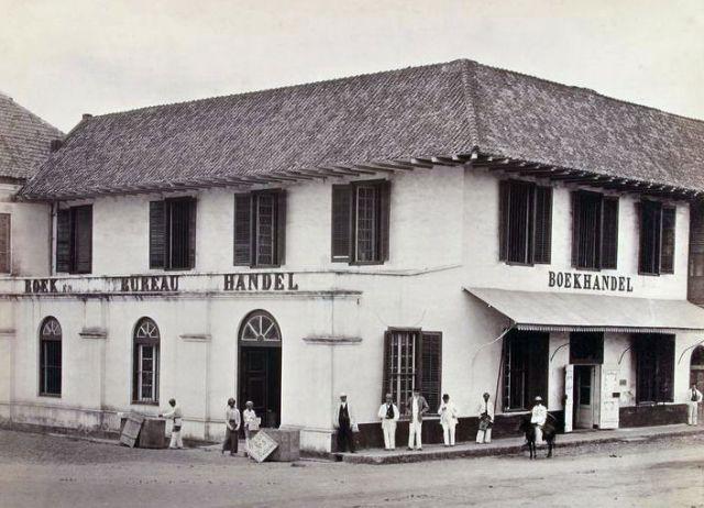 """Woodbury & Page, """"Boek- en bureauhandel G. Kolff & Co. […] aan de Pasar Pisang te Batavia"""", circa 1865-'72; in deze bekende Bataviase boekwinkel zal ook Berthes grote Java-boek verkocht zijn."""