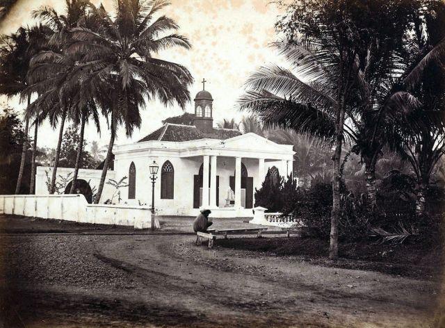 Jacobus Anthonie Meessen, ongetiteld, albuminedruk, ca september 1867, de Armeense Kerk op de hoek van de Gang Scott (voorlangs de kerk rechts weglopend, richting Tanah Abang in het westen), het Koningsplein (achter de fotograaf) en de hoek van de tuin van het huis van Berthes voormalige meisjesinstituut (rechts).