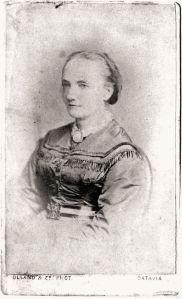 """Olland & Zn Batavia: Berthe Hoola van Nooten, fotografie, circa 1860, in handschrift op achterkant (waarschijnlijk van Julius Paul Barth): """"Berthe Hoola van Nooten – van Dolder [.] grootmoeder v. Elly van Marle, die haar verzorgde als """"Maatji"""" tot haar 6e jaar in Indië, omdat haar dochter Bertha v. Marle – Hoola v. Nooten, bij de geboorte van Elly gestorven was [.] overgrootmoeder van J.P. Barth en B.M. Hupka-Barth."""" (© collectie familie Barth)."""