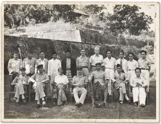 Nederlandse ambtenaren (in uniform) en lokale bestuurders op Lombok, ter gelegenheid van het afscheid van controleur De Vries. Siebe Lijftogt staat op de achterste rij, midden, met bril. Foto Archief familie Lijftogt