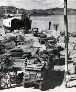 Het zware materieel verlaat de L.S.T. om haar tocht naar Lombok te beginnen (bezetting Lombok Maart 1946)
