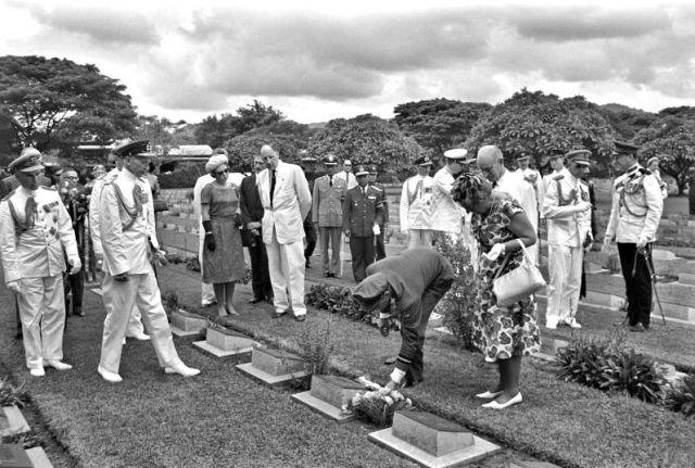 Staatsbezoek koningin Juliana, prins Bernhard en prinses Beatrix bij erebegraafplaatsen Kanchanaburi en Chunkai, 1963.
