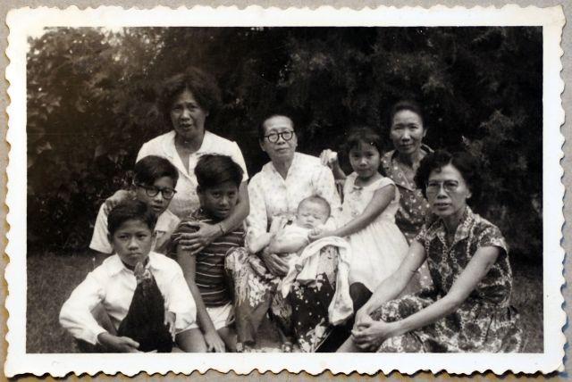 Oma (meisjesnaam Kwik Kwan Nio) in het midden en tante Hetty Harlan-Sim rechts vooraan