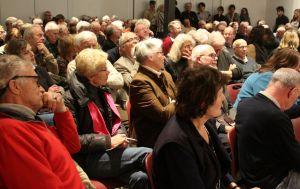 Een aandachtig luisterend publiek