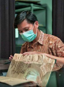 Een medewerker van het archief