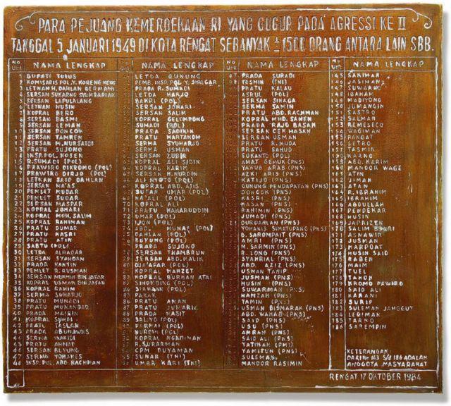 Rengat: plaquette met namen slachtoffers
