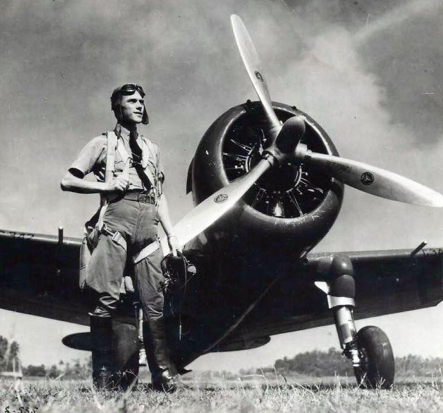 Van Breen voor zijn Curtiss jachtvliegtuig