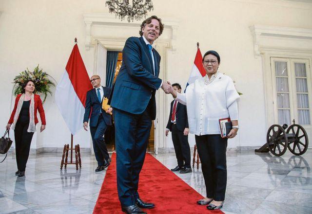 Minister Koenders (Buitenlandse Zaken) met zijn ambtgenoot Marsudi (foto Achmad Ibrahim/AP)