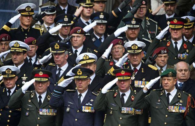 Militair saluut tijdens toekenning MWO aan Gijs Tuinman, 2014