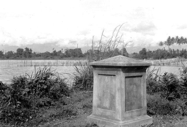Gedenkteken voor Reinder Fennema (1849-1897) bij Tenteno aan het Possomeer, 1937.
