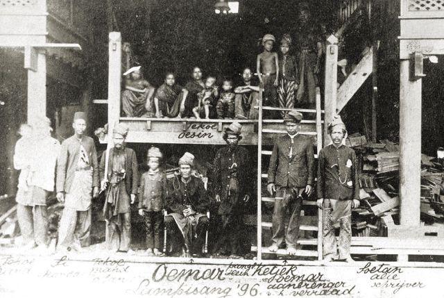 Groepsportret met Teuku Umar (zittend) in Lam Pisang, 1896