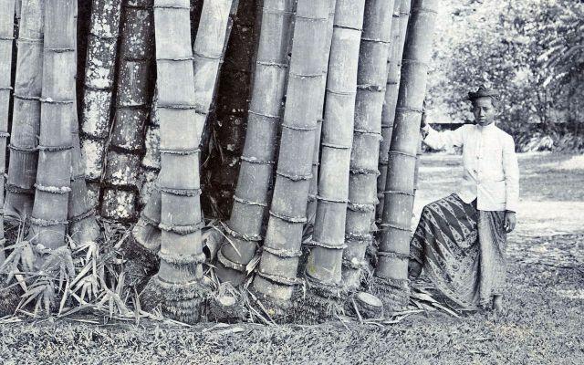 Inlander bij bamboestoel
