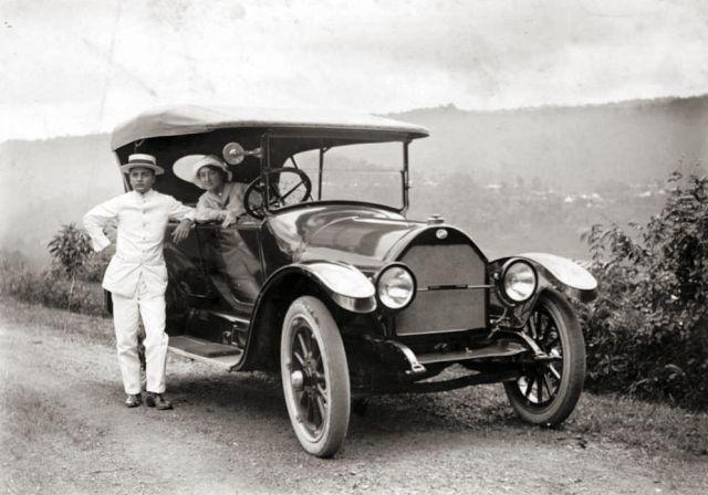 Echtpaar met auto in Nederlandsch-Indië, ca. 1915