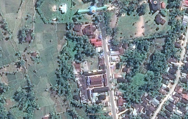 Helemaal boven het huidige Equator-monument, in het midden, met de kleine marker, de correcte aanduiding volgens Google.