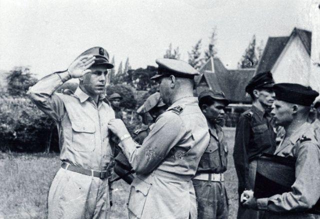 Generaal Spoor geeft kruis van verdienste aan KNIL-militairen, 1947 (foto: Hollandse Hoogte)