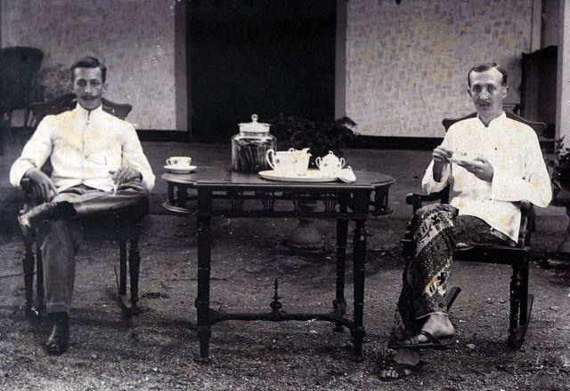 Twee Europese mannen in jas toetoep, ca. 1910