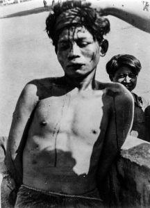 De openbare executie van een Indonesische communist in Magetan, 1948. Hij werd van een verhoging gegooid waarna de bevolking hem met messen doodde. (DLC)
