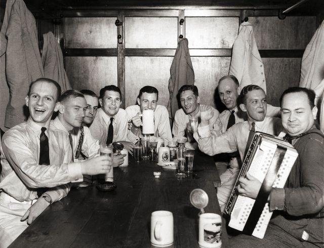 Vergaderende ambtenaren Binnenlands Bestuur, ca. 1940