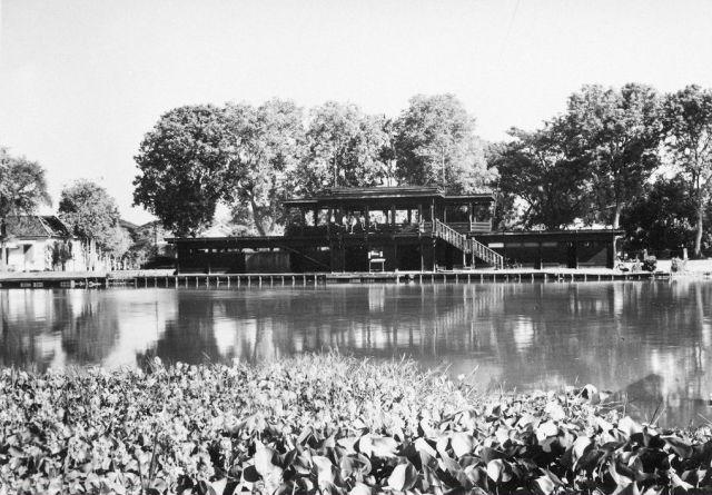 Het clubhuis, gezien vanaf de overkant