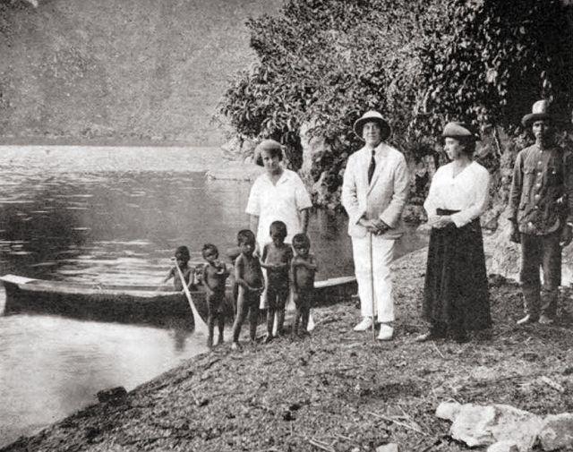 Louis Couperus met gezelschap aan de oever van het Tobameer
