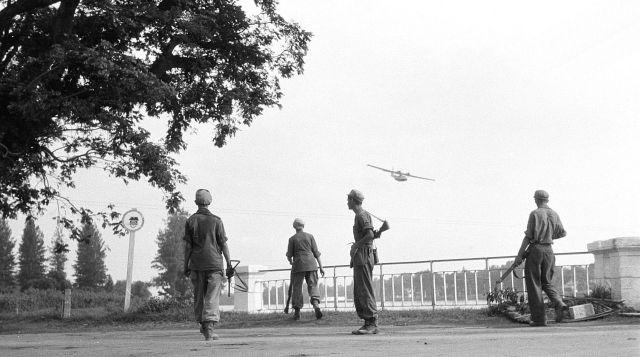 Nederlandse militairen bij de Kali Brantas, Soerabaja, 1948 (NA)