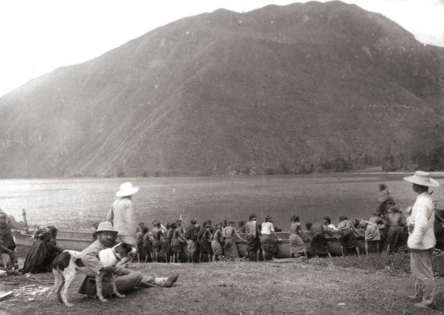 Inheemsen trekken een boot op het droge langs het Toba-meer, 1898 (kitlv)